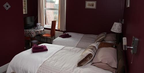 Room 2: Twin Room for 2 people. With En-suite.